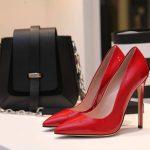 pantofi roșii, geantă neagră, pantofi cu dungi