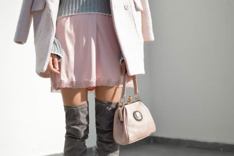 cu ce ma imbrac, pasteluri iarna, gri, roz, cizme inalte