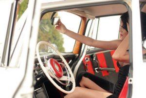 cu ce ma imbrac, cucemaimbrac, machiaj in masina, oglinda retrovizoare